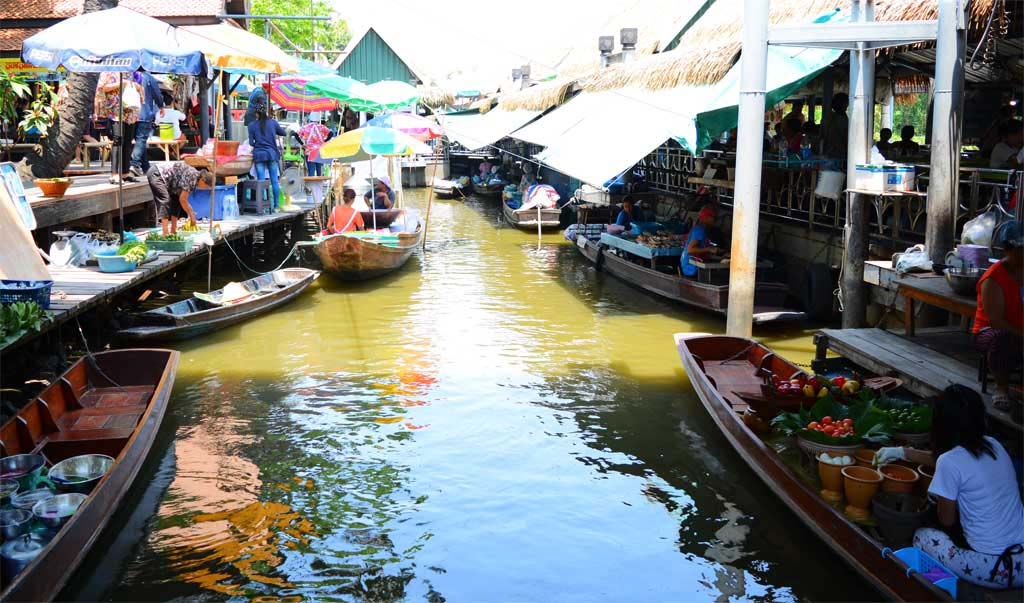 Floating-Market-at-Taling-Chan-Thailand